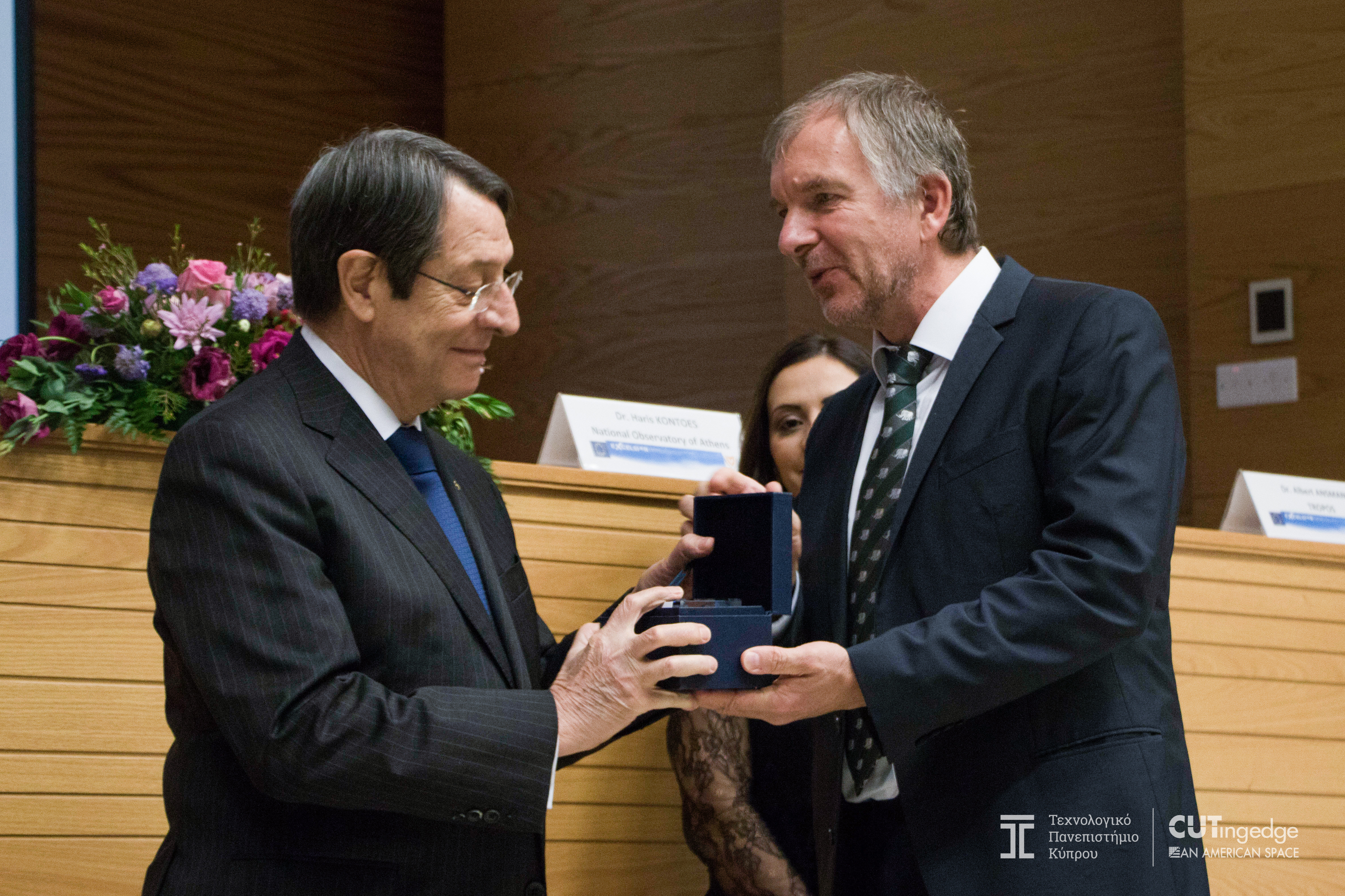 On the occasion of the opening ceremony of the EXCELSIOR project, the Cypriot President Anastasiades receives a present from DLR as a guest gift from Gunter Schreier, Deputy Director of DFD and Head of DLR's share in the project.